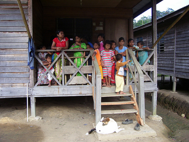 A large group of Semai children